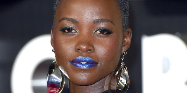 Lipstik Biru Muda, Akankah Jadi Tren? lupita nyong'o