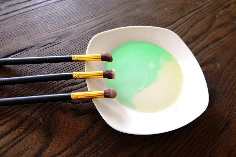 pembersih-kuas-makeup-minyak-zaitun-manfaat-2