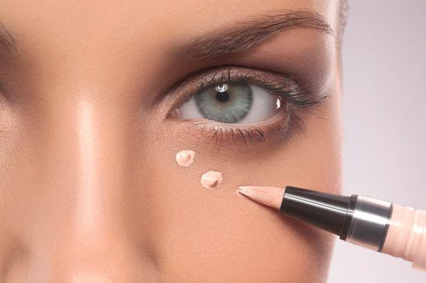 woman-apply-concealer