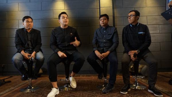Bpk. Salman Subakat(Marketing Director Wardah),Tulus,Ari Renaldi (Producer) dan Riri Muktamar (Executive Producer Tulus Company) photo