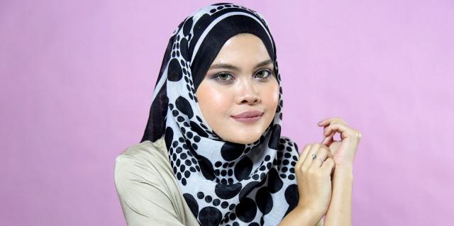 Ingin rambut wangi meski tertutup hijab  Simak tips berikut yuk! 3a667bcf20
