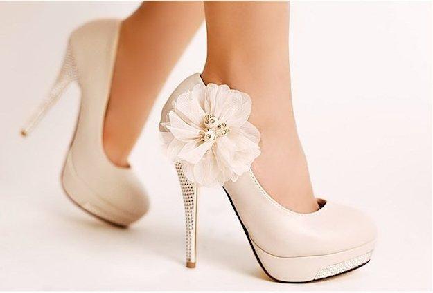 sepatu hak tinggi
