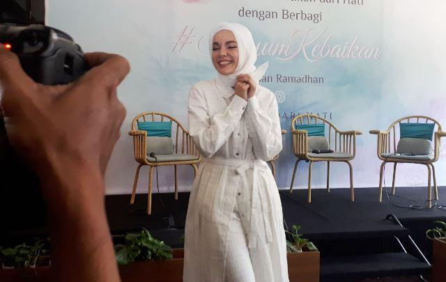 Cantik Bagi Dewi Sandra Jelang Usia 40